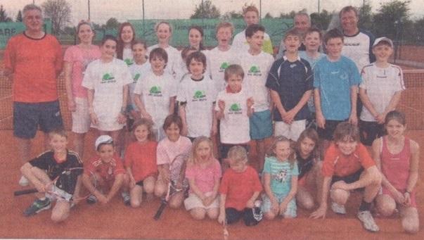 Gemeinsam Tennis spielen: Elf waschechte Hamburger trainierten mit dem Nachwuchs des TC Hengersberg, noch in diesem Jahr ist der Gegenbesuch im Norden geplant. (Foto: Marianne Grimm)