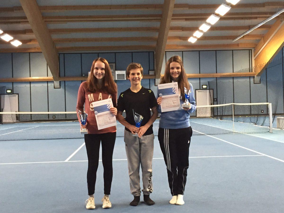 David Weber, der niederbayerische Meister U16 mit ClaraDrasch (links), Vizemeisterin U16 und Kathi Wagner, Dritte U16