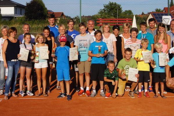 Die Finalteilnehmer/innen mit Sportwart Stephan Drasch (2. Reihe links) und 1. Vorsitzenden Roman Preisinger (vorne rechts)