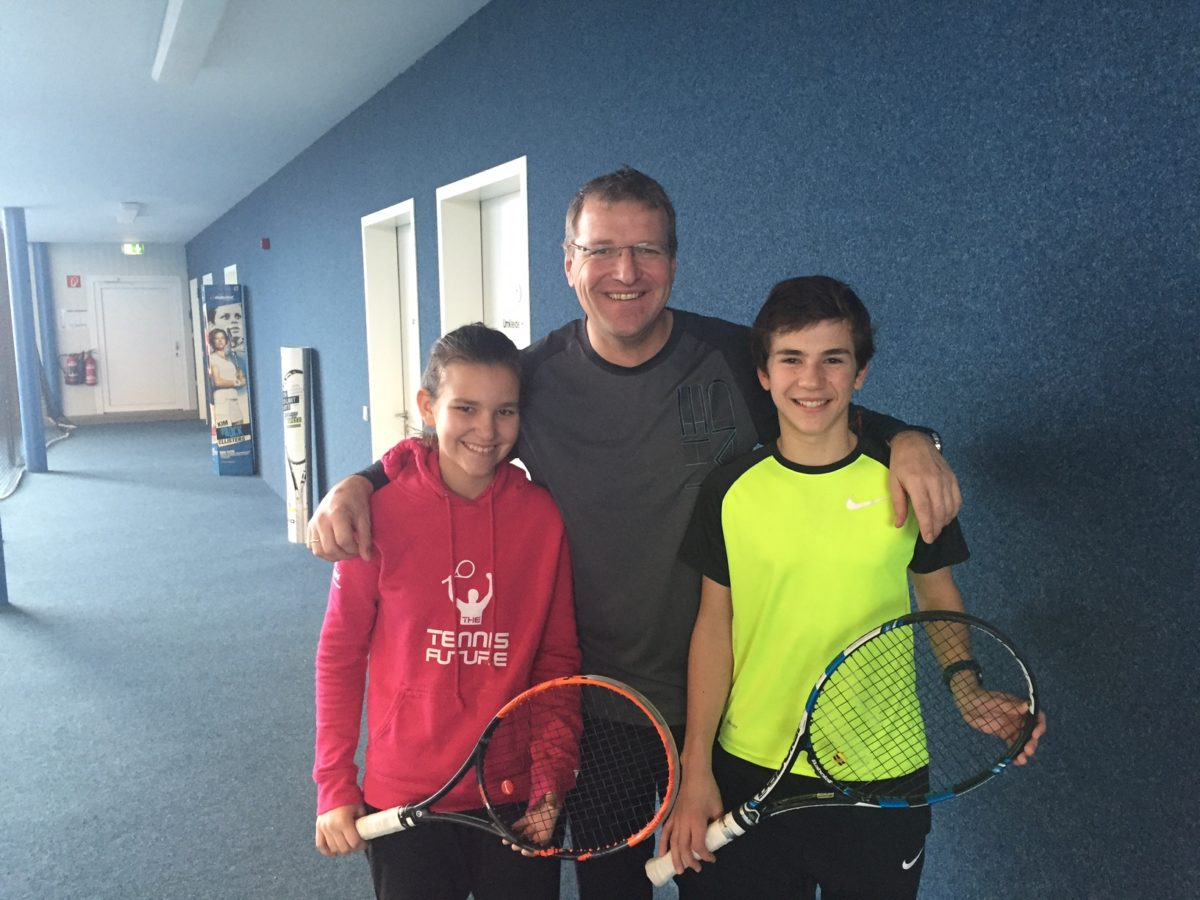 Der stolze Vorsitzende und Trainer Roman Preisinger mit seinen Schützlingen Carmen Lehner und David Weber