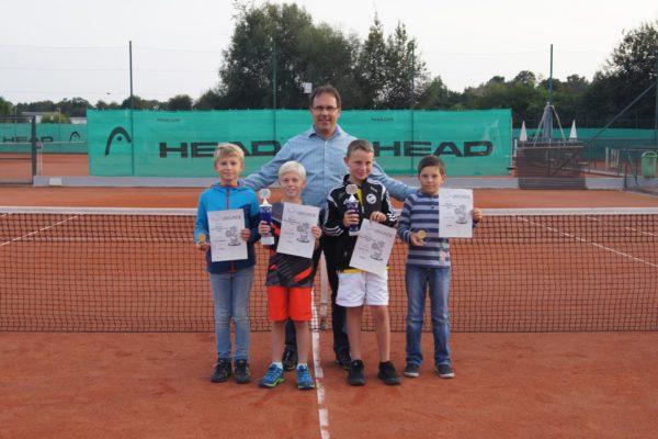 Die besten vier Midcourtler mit Sportwart Stephan Drasch. Von links Elias Batzlsperger, Lukas Hupf, Gabriel Kral und Roman Erlich
