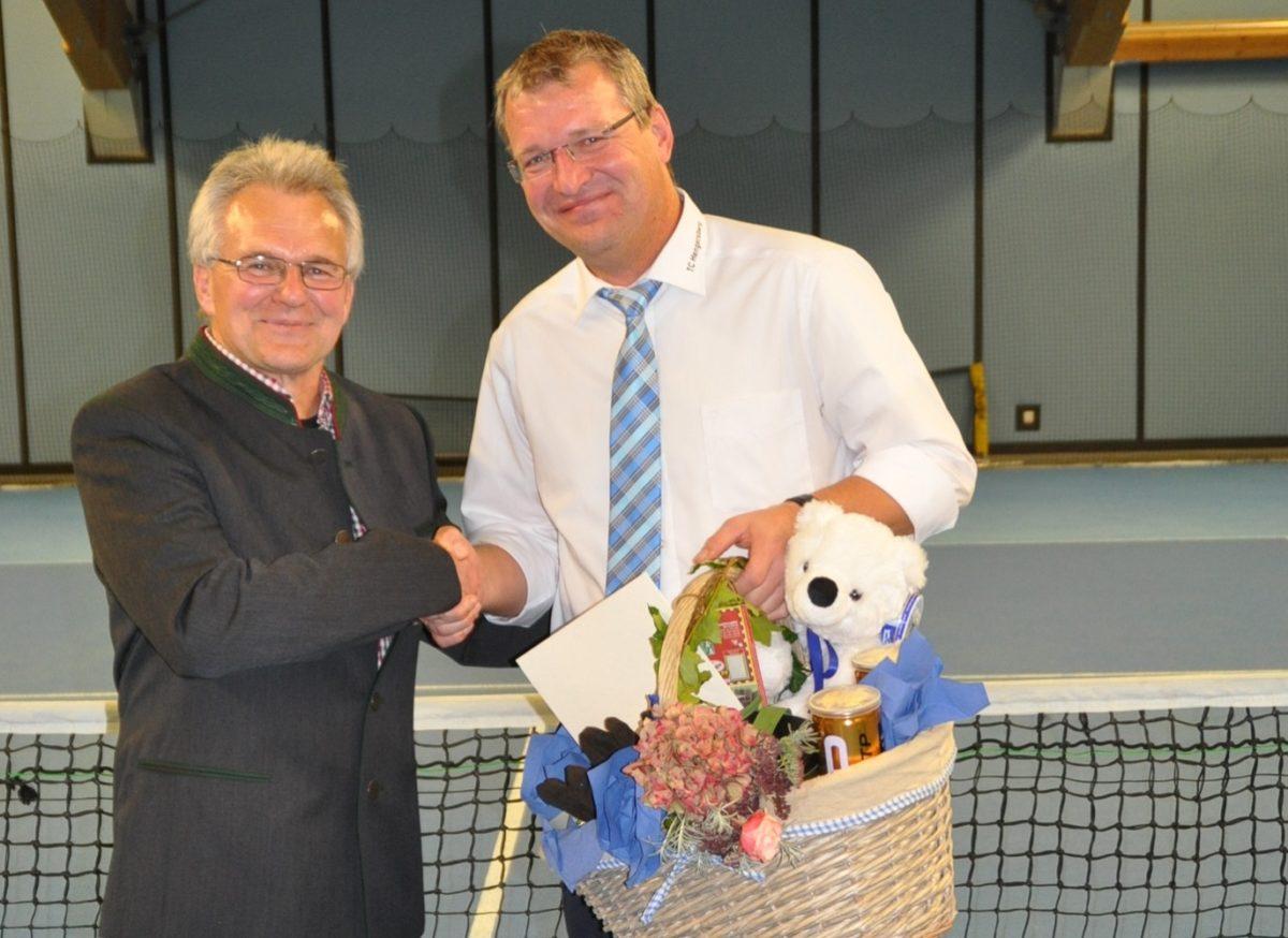 Überraschender Besuch: BLSV-Kreisvorsitzender Otto Baumann (links) gratulierte 1. Vorsitzenden Roman Preisinger zur 30-jährigen Mitgliedschaft in der Vorstandschaft des TC Hengersberg.