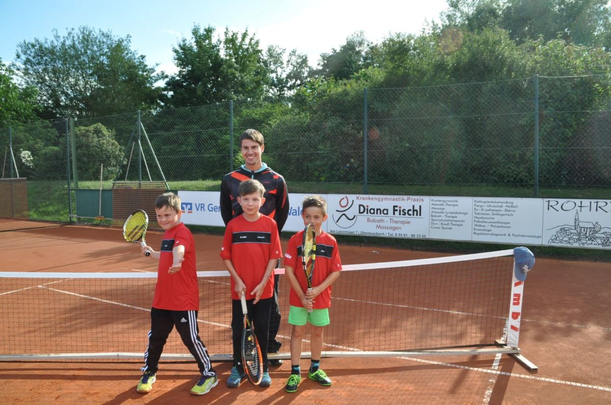 Das U8 IV-Team: v.l. Sebastian Geier, Valentin Gammel und Maximilian Christoph mit Trainer Matthias Wiesmann (hinten)