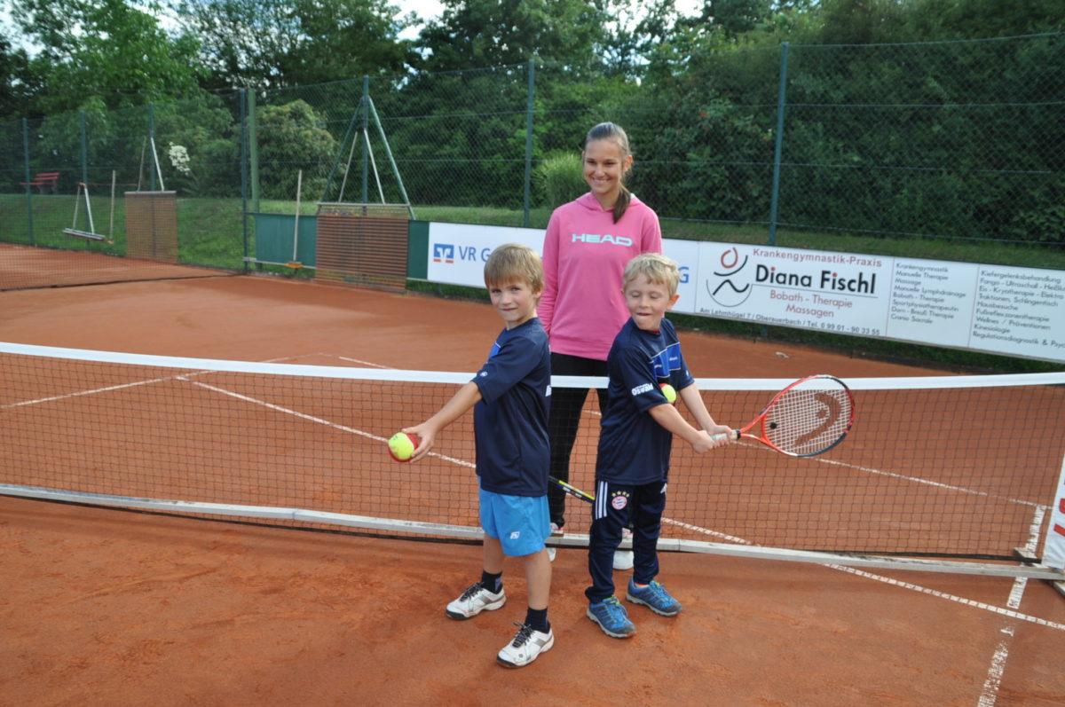 Die ungeschlagenen U8-Gruppensieger Maximilian Sterr und Noah Lantermann mit Trainerin Carmen Lehner