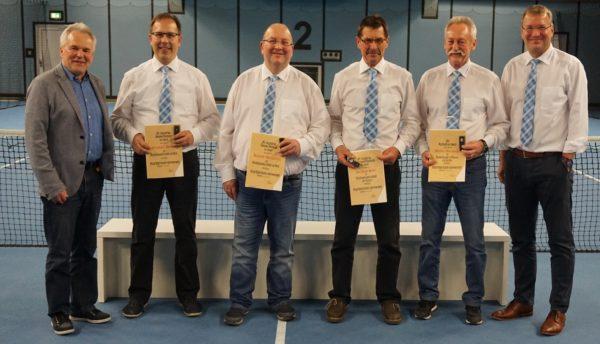 Die geehrten Vorstandsmitglieder, von links nach rechts: Otto Baumann, Kreisvorsitzender BLSV, Stephan Drasch, Roland (bane) Bernreiter, Siegfried (Sigal) Sterr, Walter Aidenberger und 1. Vorsitzender Roman Preisinger