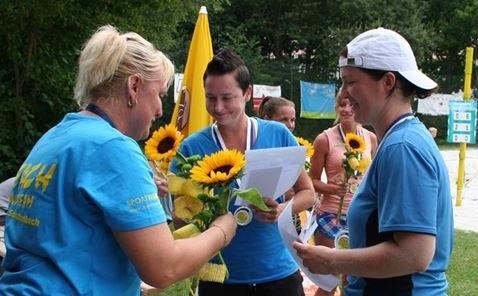 Simone Berger (Mitte) stolze Vizemeisterin im Damen-Beach-Tennis