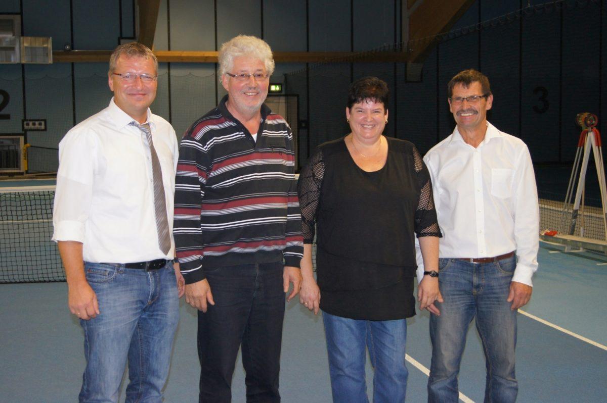 Die geehrten Mitglieder v.l. 1. Vorsitzender Roman Preisinger, Franz Voit, Gabi Mader und 2. Vorsitzender Sigi Sterr