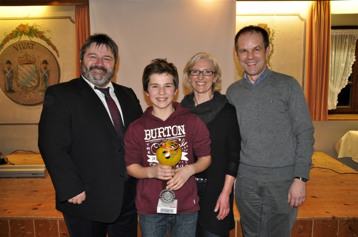 David Weber mit Bgm Oswald, Schöllnach (links) und Eltern