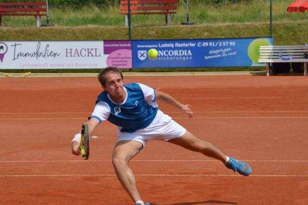 Trotz einer Handgelenksverletzung gewann der Kapitän der Herrenmannschaft, Jonathan Grimm, sein Einzel